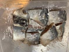 鯵は一口大に切って塩コショウをふり片栗粉をまぶす。