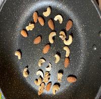 フライパンで(油は入れない)ナッツを炒り、香りがしてきたら一度器に出す。