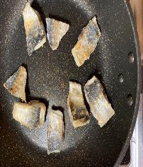 フライパンにごま油を熱し、中火にして2を皮目を下にして焼き、焼き色がついたら裏返して白くなるまで焼く。